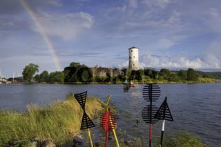 Regenbogen über der Festung Stegeborg in Schweden