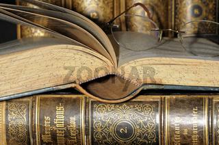 Lesebrille und alte Lexika