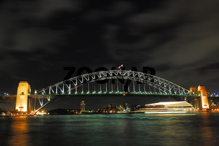 Harbour Bridge bei Nacht mit vorbeifahrendem Schiff