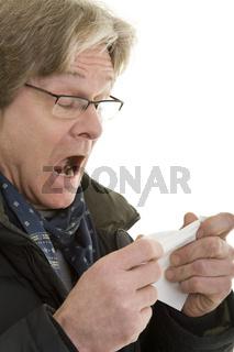 Mann muss niesen