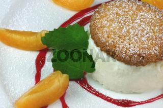 Honigeis mit Biscotti und Früchtchen