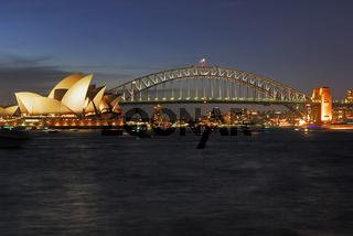 Sydney Opera und Harbour Bridge waehrend der blauen Stunde