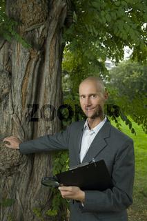 Biologe am Baum