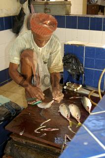 Fischhändler beim Ausnehmen von Fisch