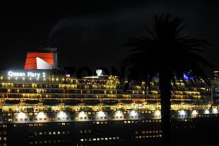 der weltweit groesste Luxusliner Queen Mary 2 bei Nacht