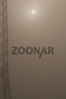 Strommast im Nebel