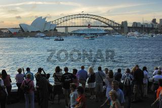 Luxusliner Queen Elizabeth 2 beim Einparken zwischen Harbour Bridge und Sydney Opera