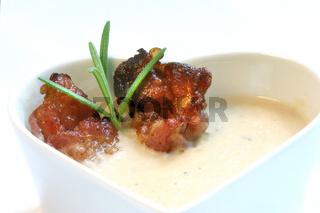 Speck und Rosmarin an Bean Soup