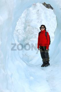 Frau steht unter einer Eisbruecke