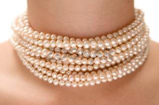 Perlenkette tragen