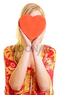 Rotes Herz vor Frauengesicht