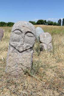 Mittelalterliche Steinskulpturen (Balbals) am Burana-Turm bei Tokmak, Kirgisistan
