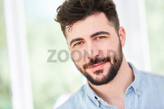 Porträt eines jungen Mannes mit Vollbart