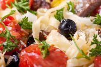 Nahaufnahme von frischer Pasta mit Tomaten und Oliven