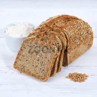 Brot Mehrkornbrot Vollkornbrot Kornbrot geschnitten Scheibe Quadrat auf Holzplatte