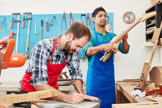 Zwei Handwerker arbeiten mit Holz