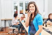 Frau führt ein Telefonat mit dem Smartphone
