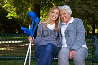 Enkelin mit ihrer Oma im Park