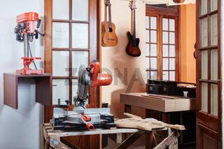Traditionelle Werkstatt eines Gitarrenbauers