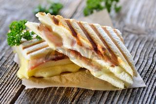 Gepresstes Panini mit Schinken und Käse