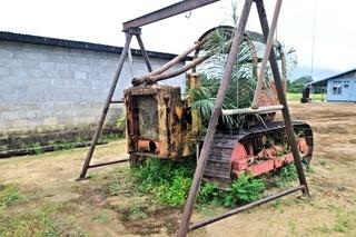 Denkmal alte Planierraupe in Palumeu Suriname