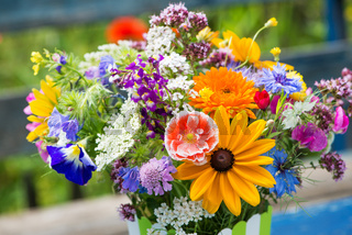 Farbenfroher Wildblumenstrauß