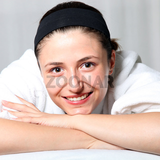 entspannte junge Frau bei wellnessbehandlung-Relaxed young woman in a bathrobe at spa treatment.