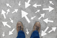 Viele Pfeile als Strategie und Entscheidung Konzept