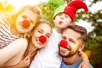 Familie als Clown verkleidet zu Karneval