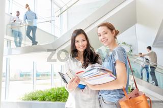 Asiatische Studentin und eine Freundin