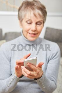 Seniorin tippt eine SMS Nachricht