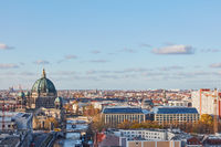 Skyline mit Berliner Dom in Berlin neben Spree