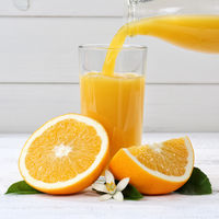 Orangensaft einschenken eingießen eingiessen Orangen Saft Quadrat Orange Fruchtsaft