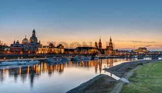 Die Türme von Dresden am Elbufer bei Sonnenuntergang