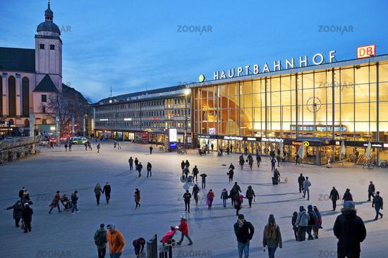 Station forecourt with main station at dusk, Cologne, Rhineland, North Rhine-Westphalia, Germany, Eu