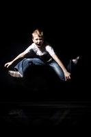Junge springt und schreit wd683