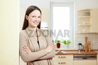 Schöne Frau in Küche