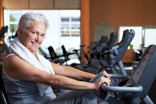 Lachende Seniorin im Fitnessstudio