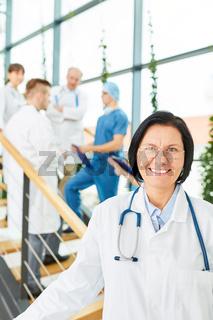 Seniorin als Klinik Ärztin mit Erfahrung