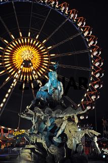 angestrahlte Neptunfigur des Neptunbrunnen auf dem Berliner Alexanderplatz waehrend des Weihnachtsmarktes