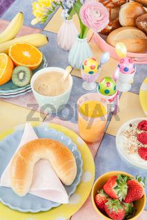 Tisch gedeckt fuer das Fruehstueck