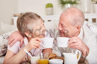 Senioren Paar beim romantischen Frühstück
