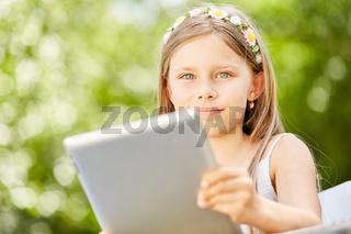 Mädchen lernt den Umgang mit Tablet und Internet