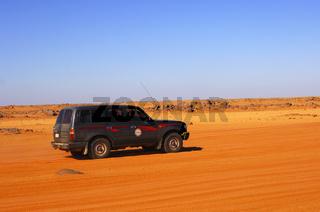 Geländefahrzeug auf einer Wüstenpiste