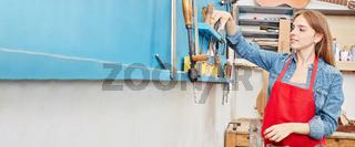 Junge Handwerkerin macht Lehre in Werkstatt