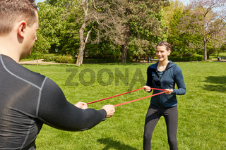 Paar bei Fitnesstraining mit Gummiband