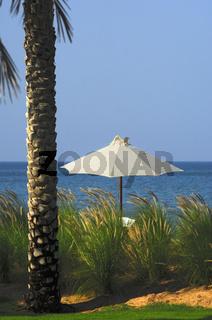 Sonnenschirm in einem tropischen Paradies am Meer