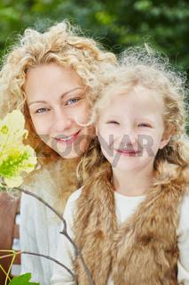 Mutter und Tochter lächeln glücklich
