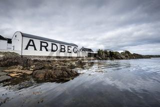 Lagerhaus der Whisky-Brennerei Ardbeg, Isle of Islay