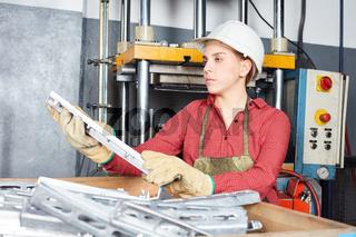 Frau in einer Werkstatt für Metallverarbeitung
